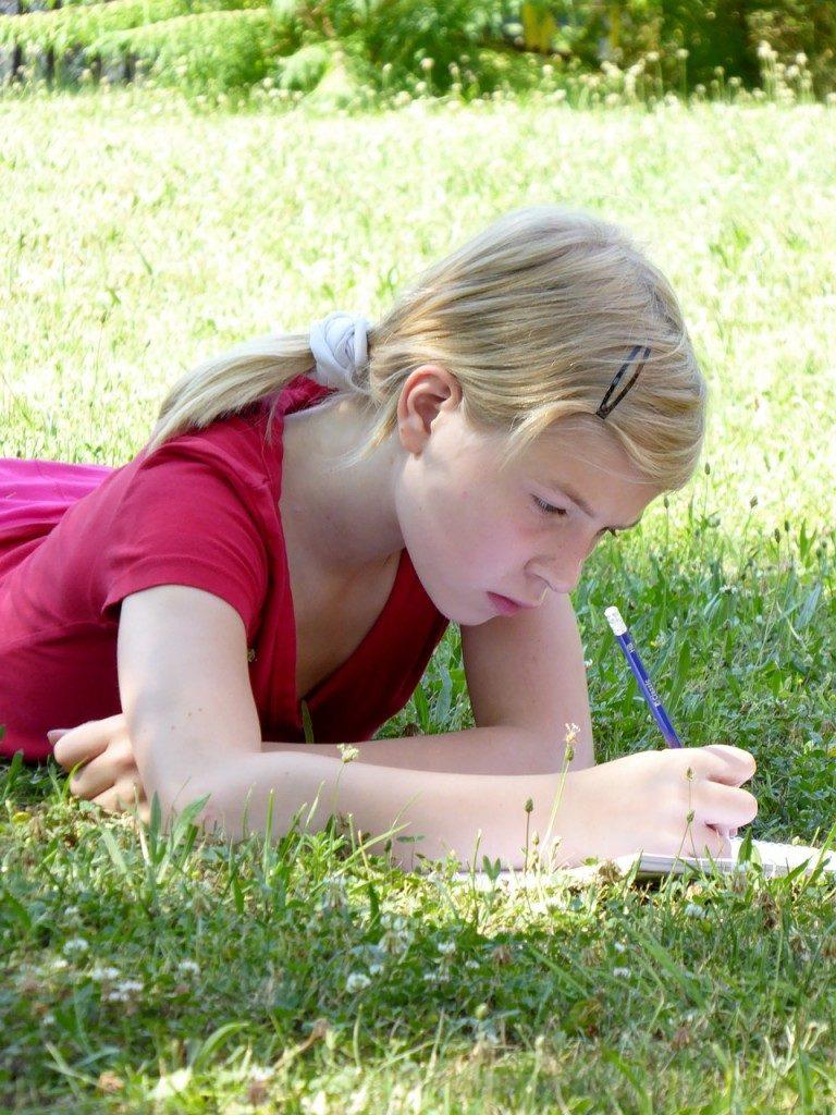Educação Ambiental - Menina na grama